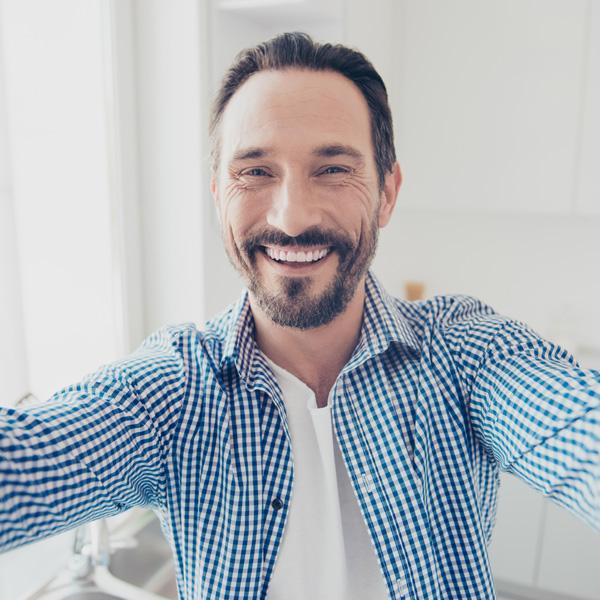 Signore sorridente dopo un trattamento di igiene orale presso i Centri Smile